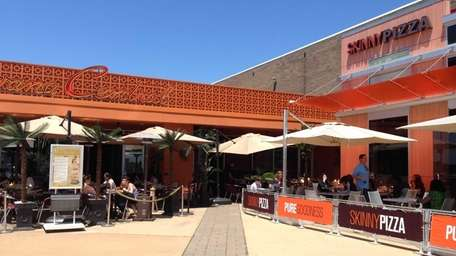 Alfresco dining hits Roosevelt Field at both Skinny
