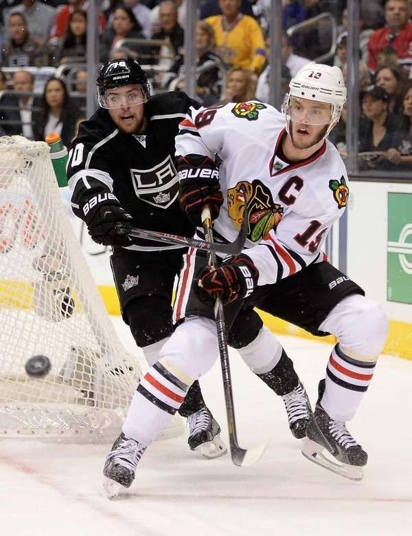 Jonathan Toews of the Chicago Blackhawks goes for
