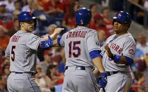 The Mets' Travis d'Arnaud, center, congratulates David Wright,
