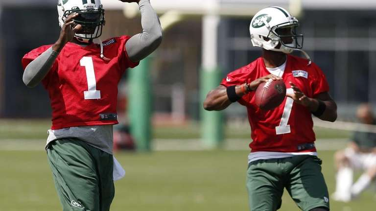Jets quarterbacks Michael Vick and Geno Smith work