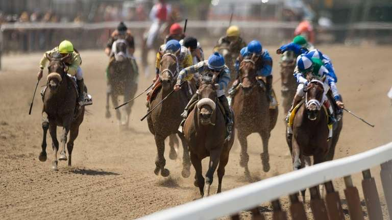 Race action during the 6th race at the