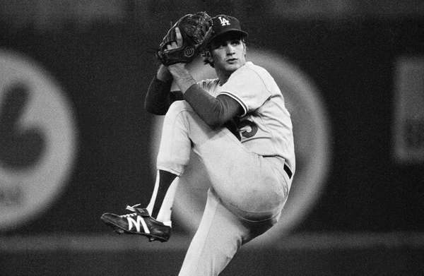 Los Angeles Dodgers pitcher Bob Welch winds up