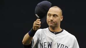 Yankees' Derek Jeter tips his cap to fans