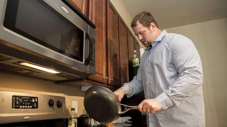 Giants offensive lineman Geoff Schwartz finishes cooking a