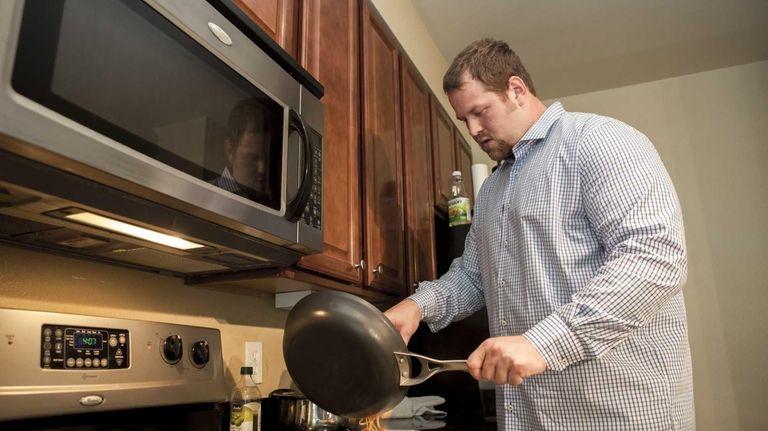 Giants offensive lineman Geoff Schwartz finishes cooking a