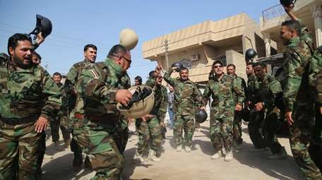 Iraqi Shiite fighters chant slogans against the al-Qaida