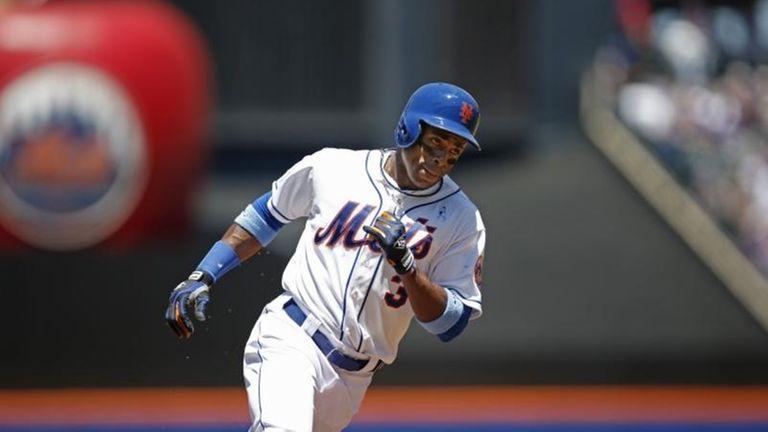 New York Mets' Curtis Granderson runs the bases