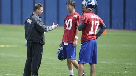 Giants offensive coordinator Ben McAdoo speaks with quarterback