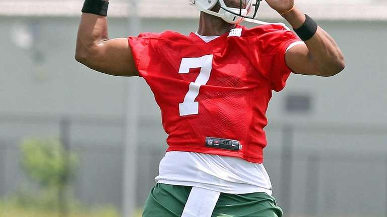 Jets QB Geno Smith sets to pass during