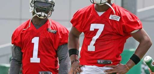 Jets QBs Michael Vick and Geno Smith watch