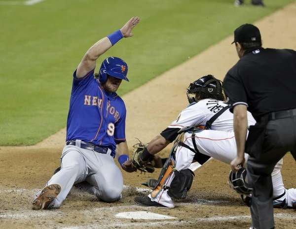 New York Mets' Kirk Nieuwenhuis (9) is tagged