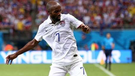 DaMarcus Beasley of the United States controls the