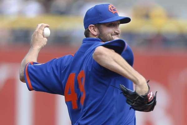 Mets starting pitcher Jonathon Niese throws against the