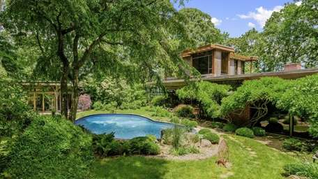 This North Haven home, 60 Forest Rd, Sag