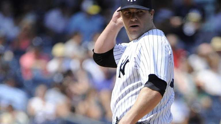 Yankees relief pitcher Shawn Kelley looks to first