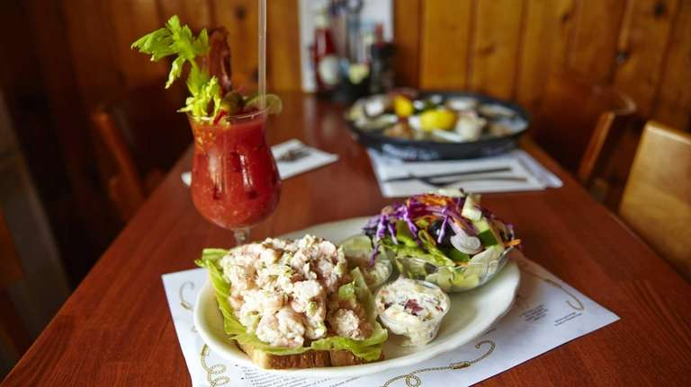 Nicky's Clam Bar, Bay Shore: Hungry but only