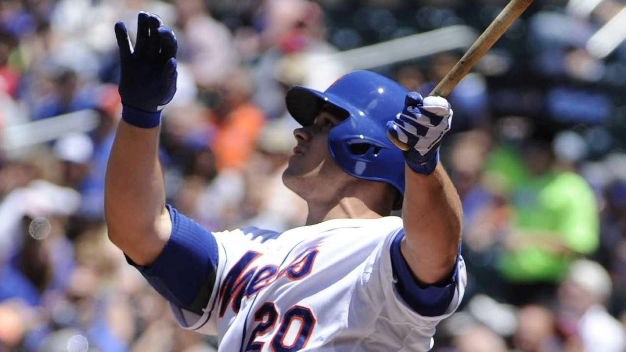 Mets catcher Anthony Recker hits a three-run home