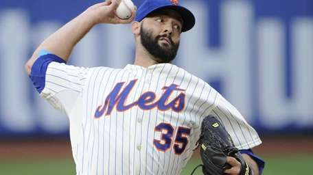 Mets starting pitcher Dillon Gee delivers against the