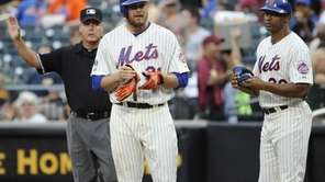 Mets' Lucas Duda, center, stands on first base
