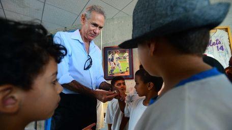 Former Mets player Art Shamsky lets museum visitors