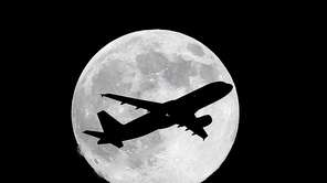One day before a supermoon, a commercial airliner