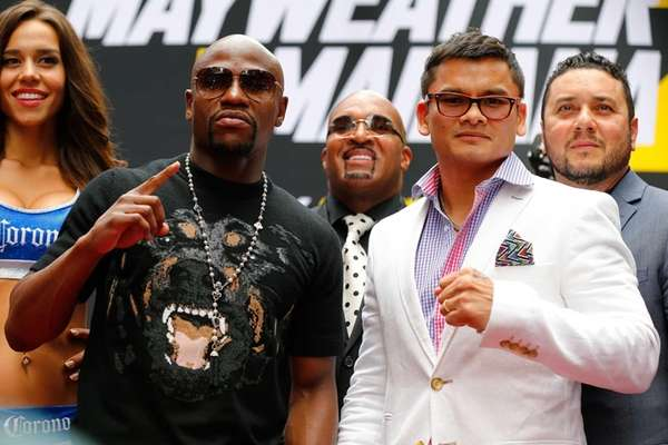 Marcos Maidana and Floyd Mayweather Jr. pose for