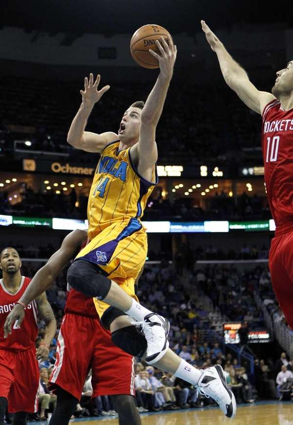 New Orleans Hornets forward Jason Smith drives to