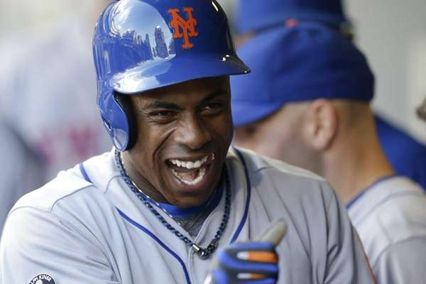 Mets' Curtis Granderson smiles as teammates welcome him