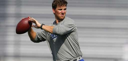 Quarterback Eli Manning of the Giants looks to
