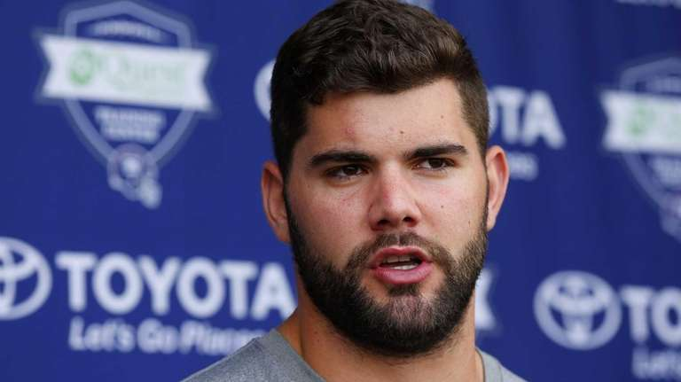 Justin Pugh of the Giants speaks to the