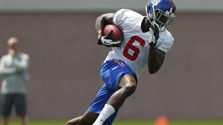 Corey Washington of the Giants catches a pass