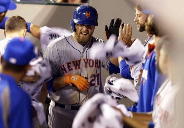 Mets' Lucas Duda runs through a gauntlet of