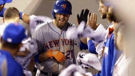 Mets' Lucas Duda runs through a gauntlet of