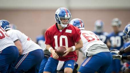 Giants QB Eli Manning takes some reps during