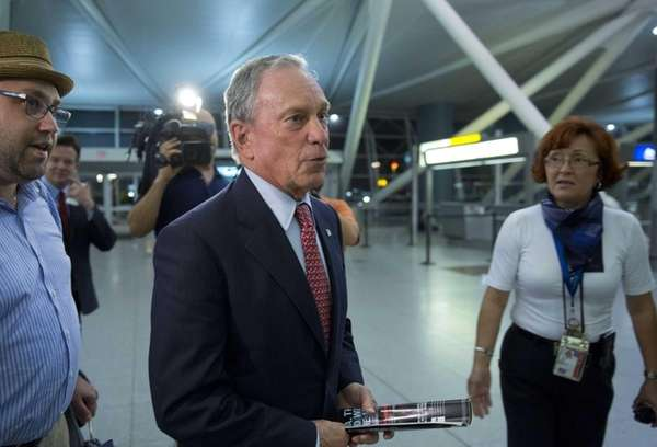 Mike Bloomberg prepares to board an El Al