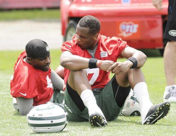 Jets quarterbacks Geno Smith and Michael Vick drop