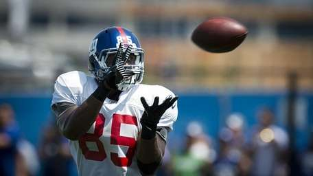 Giants' TE Daniel Fells going through passing drills