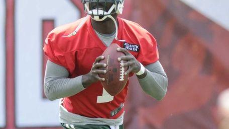 Jets quarterback Michael Vick (1) looks for an