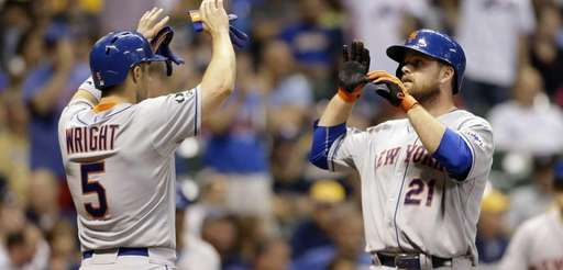 Mets' Lucas Duda gets high-fives from David Wright
