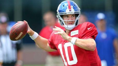 Giants quarterback Eli Manning drops back to pass