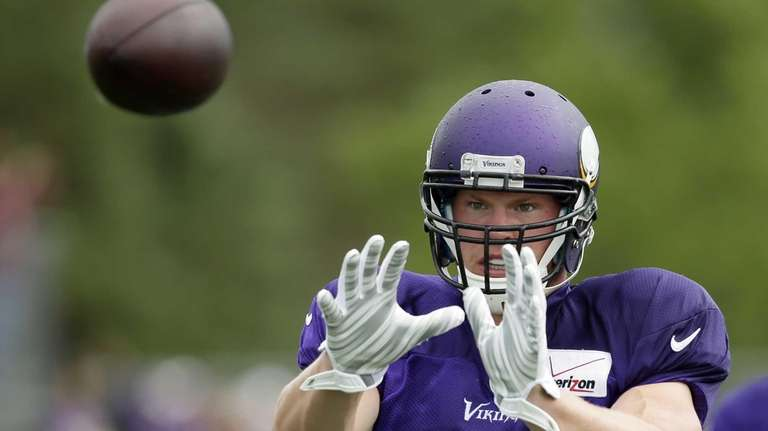 Minnesota Vikings tight end Kyle Rudolph catches a
