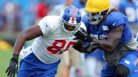 Giants tight end Daniel Fells #85 works on