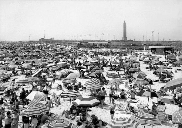 Throngs fill Jones Beach on July 28,1940; at