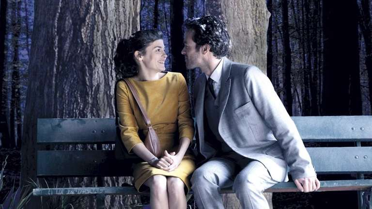 Colin (Romain Duris) proposes a kiss to Chloe