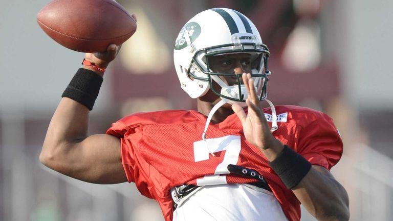 Jets quarterback Geno Smith passes during training camp