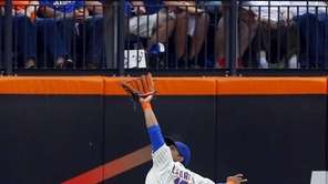 Juan Lagares of the Mets makes a catch