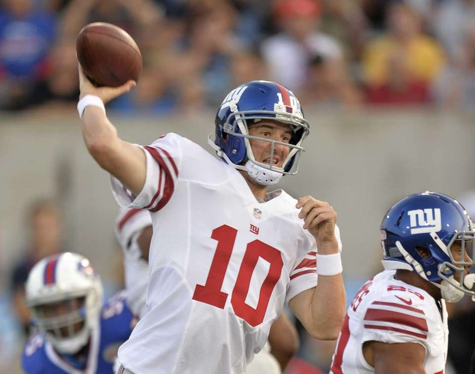 Giants quarterback Eli Manning throws a pass in