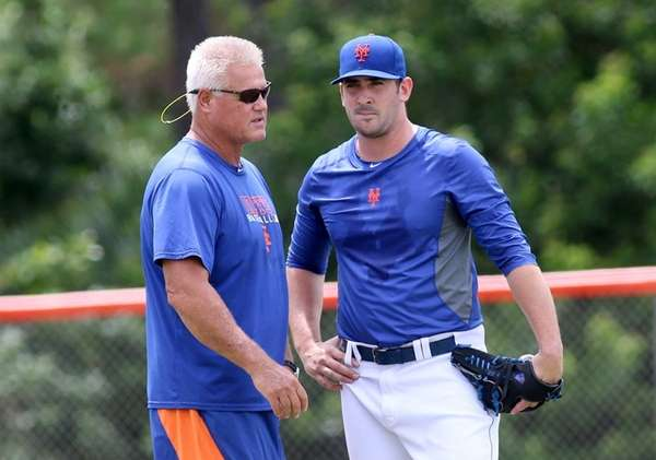 Mets pitcher Matt Harvey, right, talks with rehabilitation