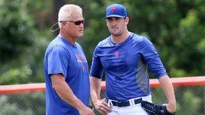 Mets pitcher Matt Harvey, right, talks with rehabilitation