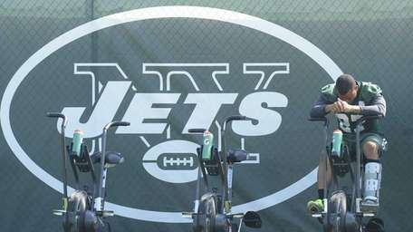 Jets linebacker cornerback Dee Milliner uses an exercise